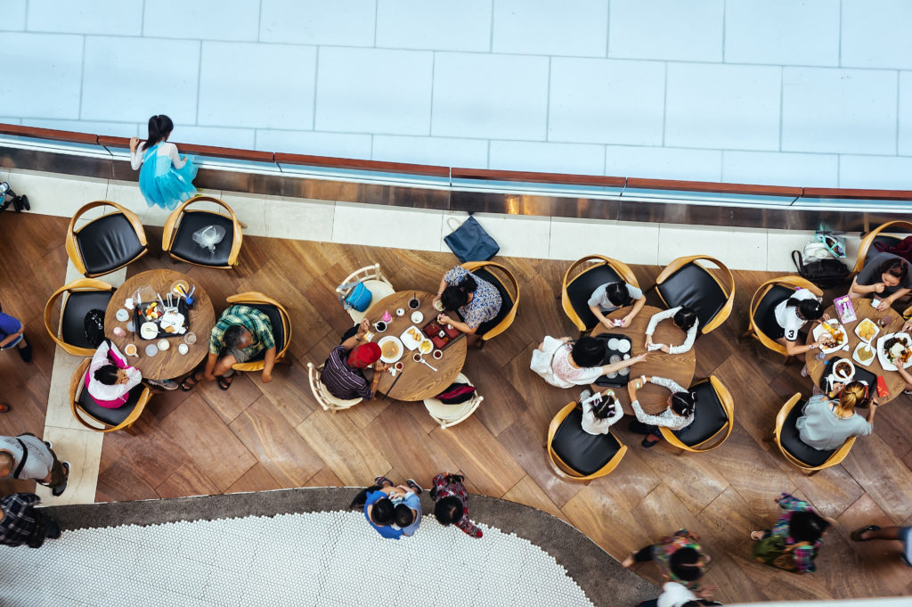 ihmisia syomassa ravintolassa