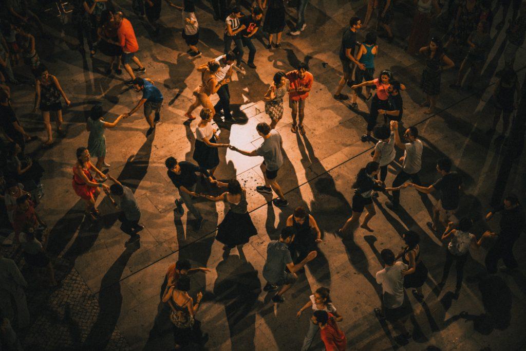 ihmisiä tanssilavalla tanssimassa