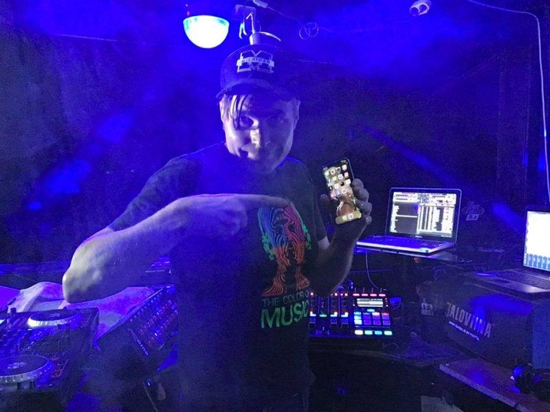 DJ Micu uuden iphonen kanssa