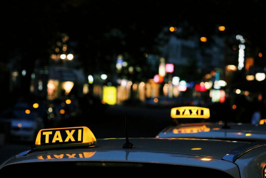 taksikyltteja_yossa