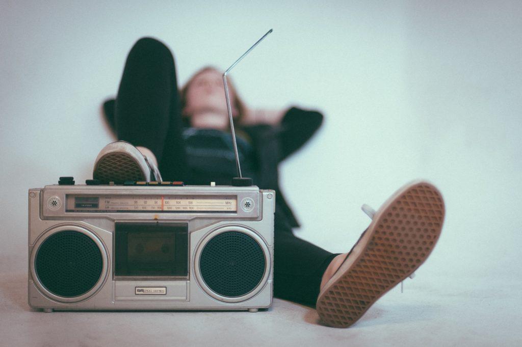 tyttö ja kasettisoitin