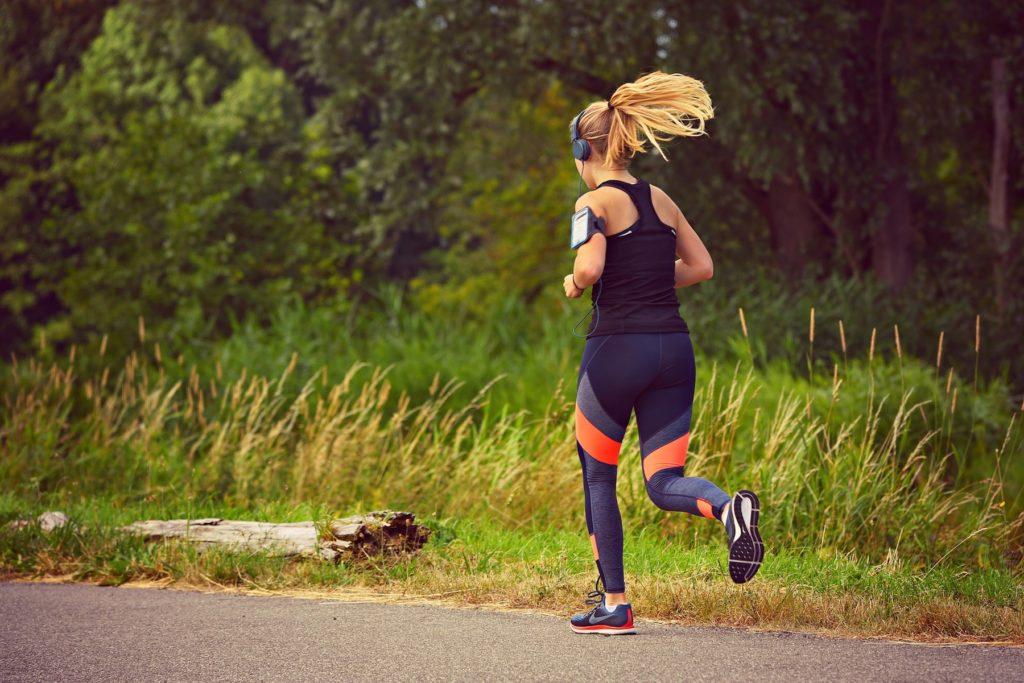 tyttö juoksulenkillä