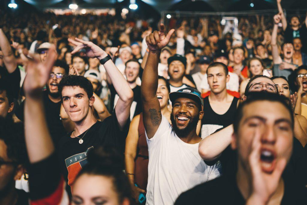 Ihmisiä nauttimassa musiikista konsertissa