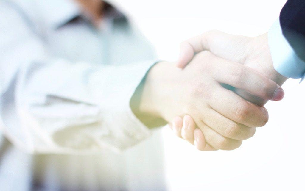 kaksi ihmistä kättelee
