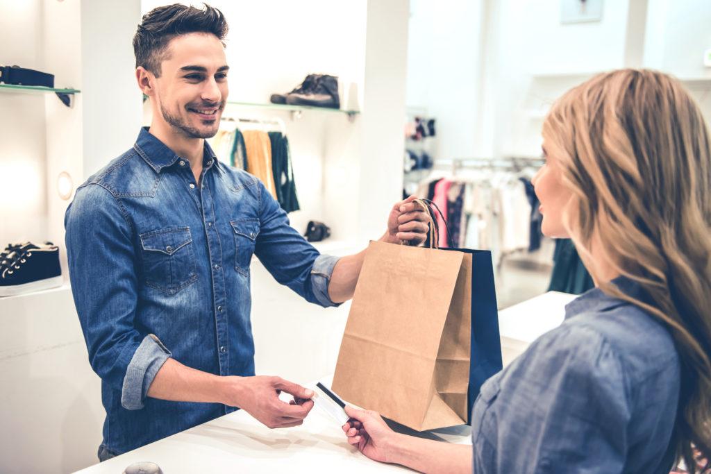 Mies ostoksilla vaateliikkeessä